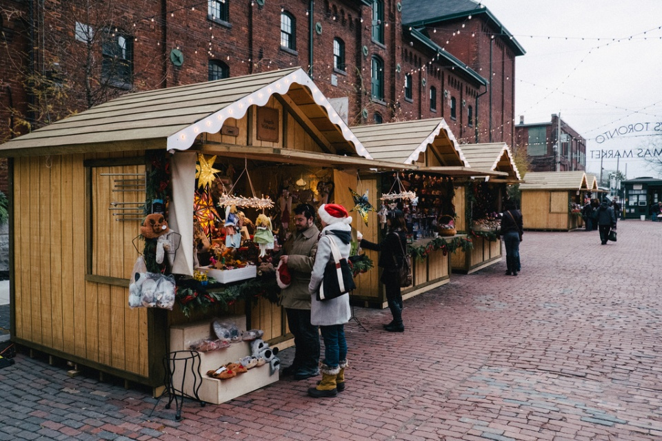 descriptive essay on christmas shopping Essay writing guide (descriptive writing) describe the sights and sounds of a market place it was past 5:30pm and was almost getting lost-descriptive writing.