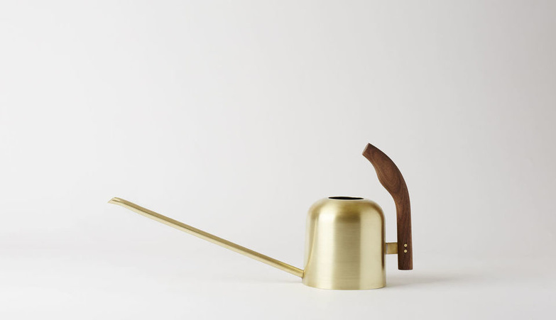 Mjolk watering can brass walnut